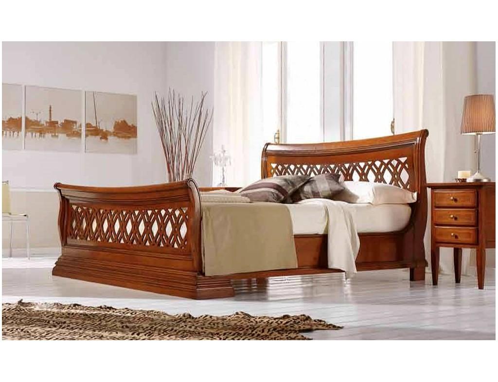 Zdobená dřevěná postel