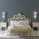 Bohatě vyřezávaná postel