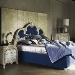 Vysoká postel s vyřezávaným čelem
