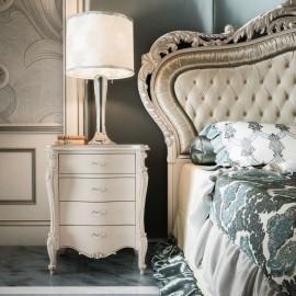 Bílý elegantní noční stolek